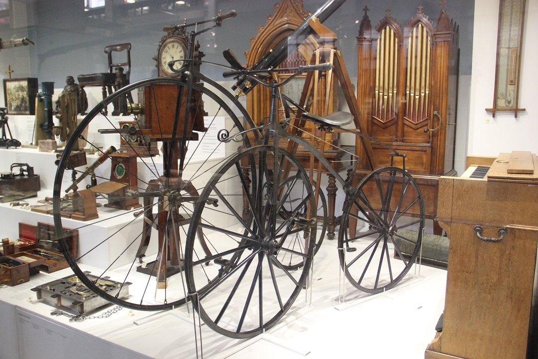 Velocípede Michaux de 1867 e Gout Bicycle, de 1871, no museu da ciência em Londres.
