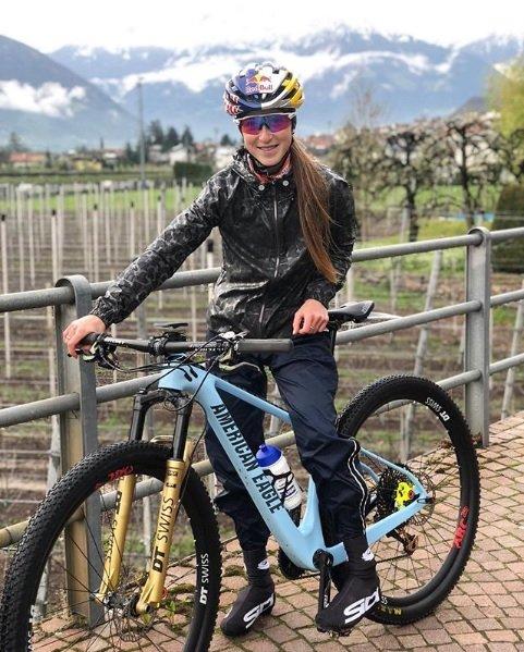 yana belomoina mulheres no mountain bike
